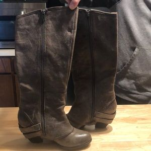 Gorgeous gray distressed fergie boots size 7